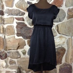 BLACK HIGH LOW CINCHED WAIST CAPPED SLEEVE DRESS